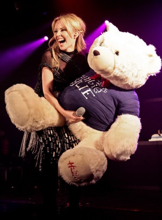 http://www.picshag.com/pics/072010/kylie-minogue-playing-with-teddy-bear.jpg